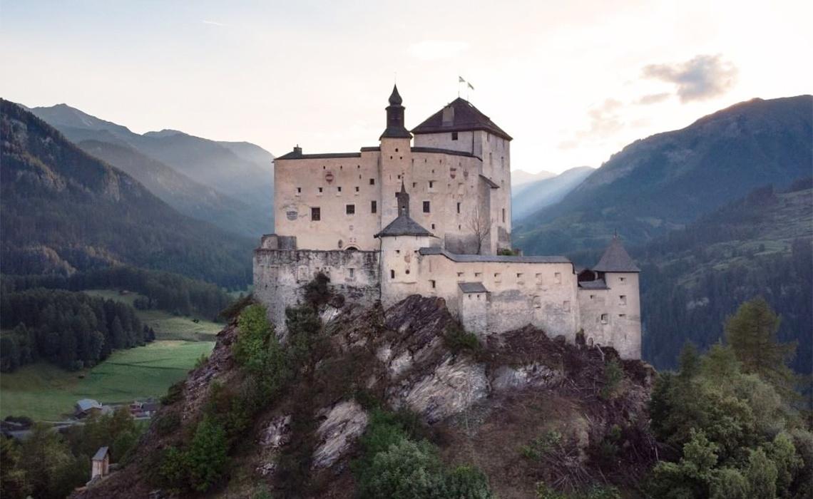 Schloss Tarasp im Sonnenuntergang
